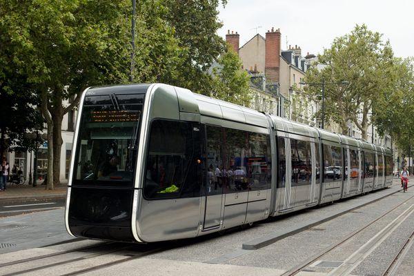 Une rame de la ligne A du tram de Tours