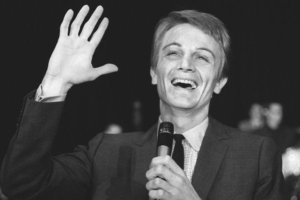 Le chanteur Claude Francois répète sur la scène d'un grand music hall parisien le 22 septembre 1964