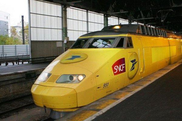 """Le dernier TGV  jaune de La Poste a circulé vendredi 26 juin 2015. Les cinq rames jaunes de TGV postaux circulant la nuit entre Paris, Mâcon et Cavaillon n'étaient """"plus rentables"""" selon la direction."""