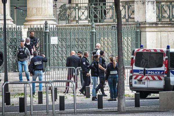 Nîmes - les forces de l'ordre et le périmètre de sécurité devant le palais de justice où un Lozérien s'est suicidé avec un fusil de chasse dans la salle des pas perdus - 12 juin 2020.