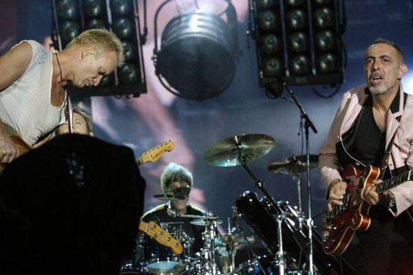 """29/09/2007 - Henry Padovani sur la scène du Stade de France aux côtés de Sting, dans le cadre d'une tournée mondiale de reformation du groupe """"The Police"""""""
