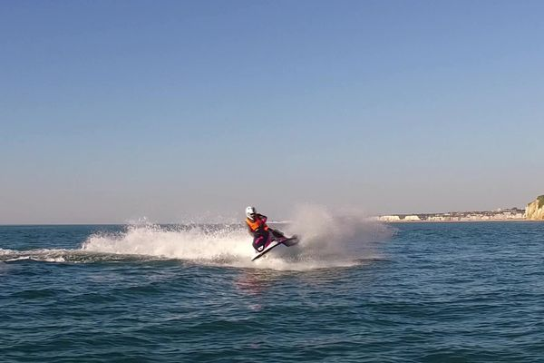 La côte d'Albâtre est le terrain de jeux des pilotes de jet-ski.