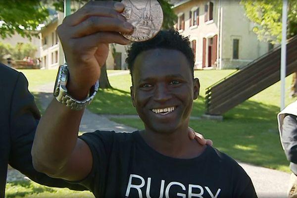 Le jeune Guinéen Mamoud Diallo a reçu la médaille de la ville d'Autrans, en Isère. En janvier dernier, il avait sauvé la vie d'une collègue de travail sauvagement attaquée au couteau par un cuisinier.