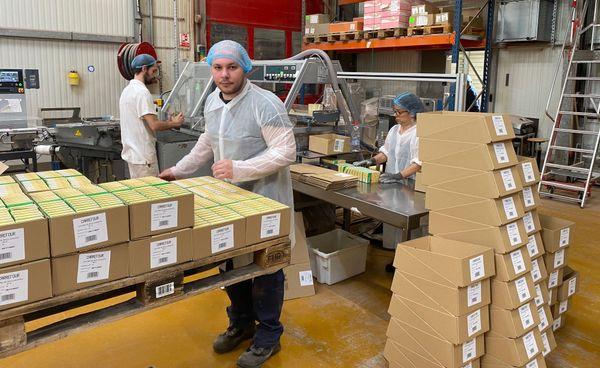 Les ouvriers de l'usine Jock en fin de ligne de production de la levure.
