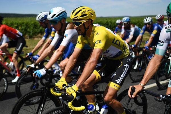 Le coureur français Julian Alaphilippe vêtu du maillot jaune du leader, dans la quatrième étape de la 106e édition du Tour de France entre Reims et Nancy, le 9 juillet 2019