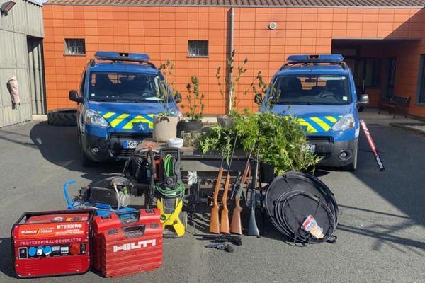 Les armes à feu, les pieds de canabis et le matériel de culture saisis par la gendarmerie de la Charente-Maritime. Photographie publiée sur la page Facebook de la gendarmerie 17.