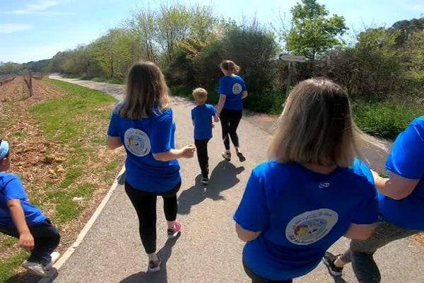 Les familles s'entraînent souvent dans les vignes près de Draguignan. Ils sont reconnaissables à leur t-shirt bleu.