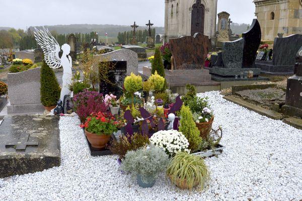 La tombe d'Alexia Fouillot est la plus fleurie du cimetière de Gray.