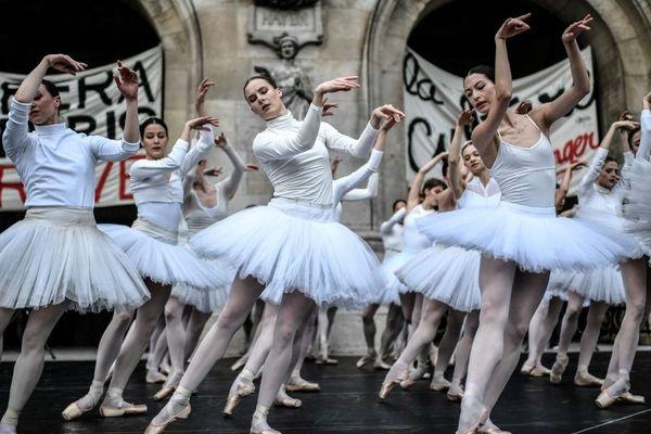 Les danseuses de l'Opéra de Paris ont interprété le Lac des cygnes devant l'opéra Garnier ce mardi 24 décembre.