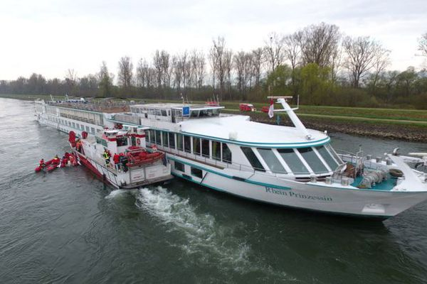 Un bateau de croisière s'échoue sur un épi à Beinheim