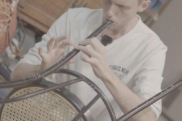 Christophe Servas a transformé une chaise en quadruple flûte.