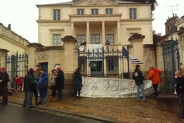 les manifestants devant l'hôtel de Courcy, qui abrite le conseil régional