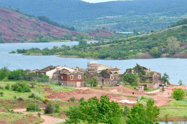 Celles (Hérault) - Le village est niché au bord du Lac du Salagou.