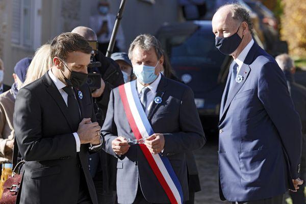 Emmanuel Macron en discussion avec Yves de Gaulle, le petit-fils du général, le 9 novembre 2020