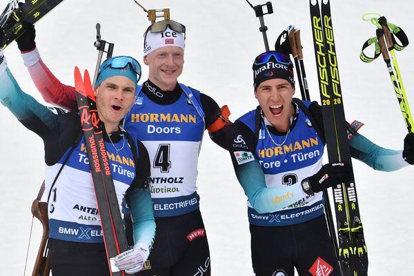 Les Français Emilien Jacquelin et Quentin Fillon-Maillet terminent sur le podium des mondiaux de biathlon, derrière Johannes Boe.