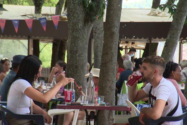 Des touristes à la terrasse d'un restaurant de Sillans-la-Cascade, dans le Var.