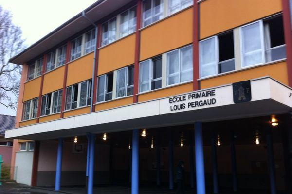 La façade de l'école n'a pas été touchée par l'incendie déclaré dans deux classes.