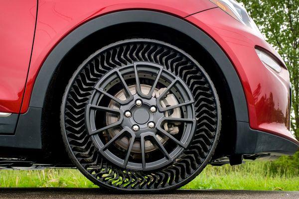 """Sur le """"pneu"""" Uptis, la bande de roulement est portée par une structure qui ne nécessite pas d'être gonflée."""