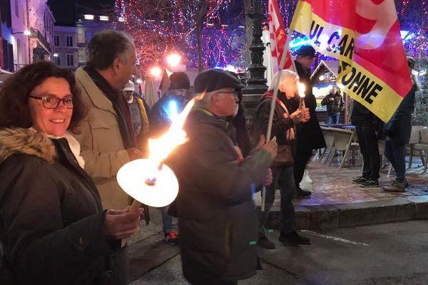 A Carcassonne, 200 personnes ont participé à une marche aux flambeaux contre le projet de réforme des retraites le 30 décembre 2019