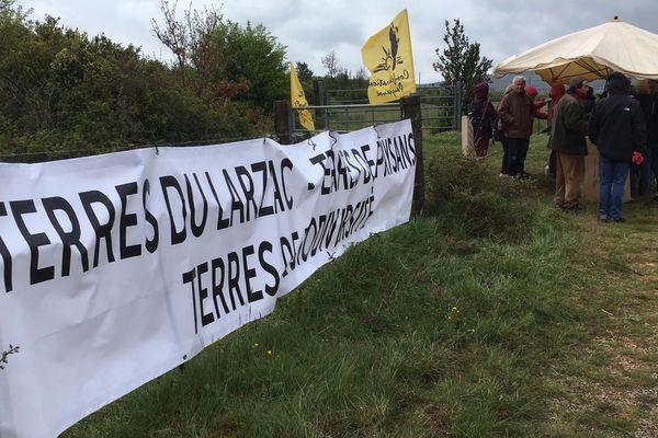 """Les manifestants devant le site envisagé pour le projet """"Solarzac"""""""