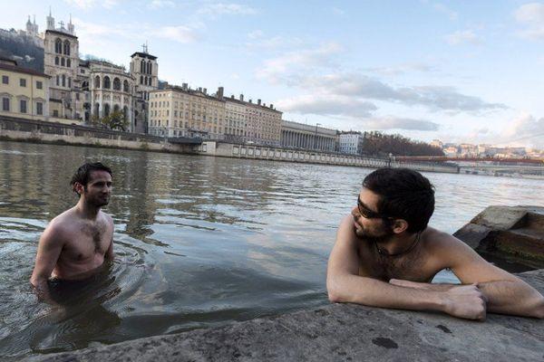 François-Xavier Penicaud et Benoît Courtin : une baignade dans la Saône pour le Climat à l'approche du coup d'envoi de la COP21 - 28/11/15