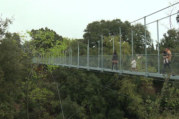 Une passerelle de 70 mètres de long surplombant les gorges de la Nartuby à Trans-en-Provence près de Draguignan.