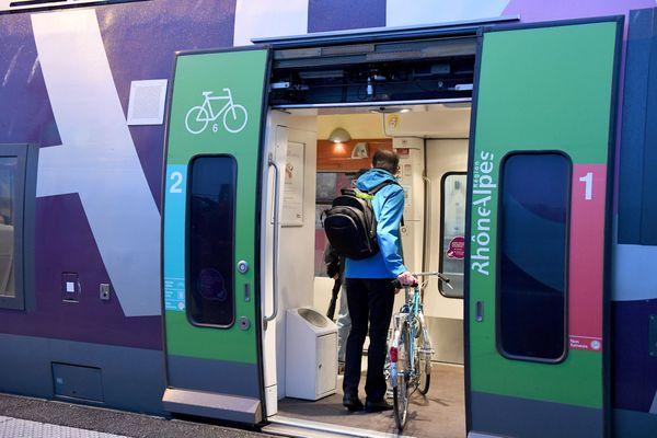 Peu avant 9h lundi 27 juillet, le trafic SNCF fret et passager entre Lyon et Saint-Etienne a été interrompu dans les deux sens pour une raison indéterminée. Un TER a été immobilisé entre Rive-de-Gier et Saint-Chamond, les passagers doivent être transférés en bus.