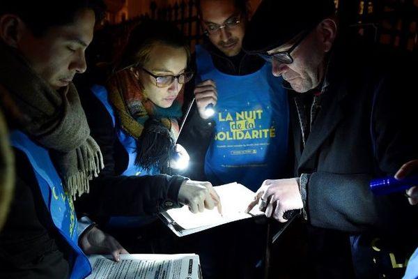 Des bénévoles lors de la première édition de la Nuit de la solidarité en février 2018 à Paris.