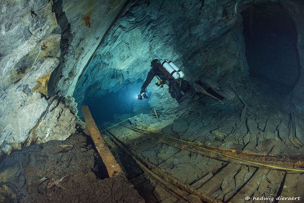 Plongeur de la Team Cavex en exploration dans les ardoisières de Rimogne