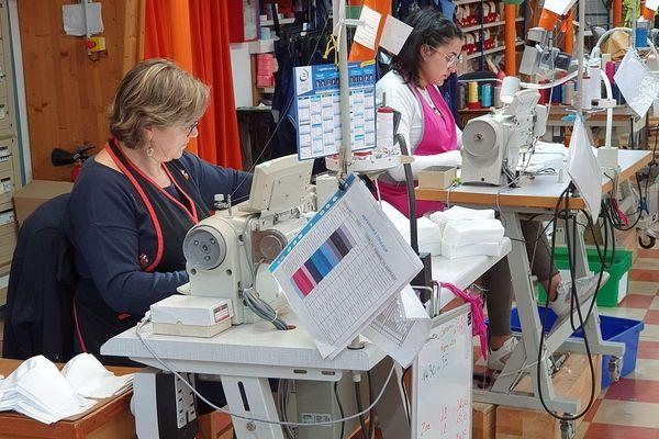 Les salariés de Rozen ont adapté leurs ateliers pour fabriquer des masques lavables.