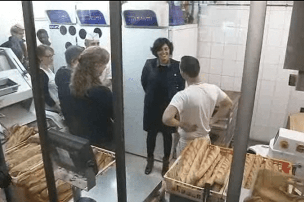 """Myriam El Khomri, ministre du Travail, en visite dans la boulangerie """"Farinez-vous"""" dans le 12ème arrondissement de Paris, le 24 décembre 2015."""