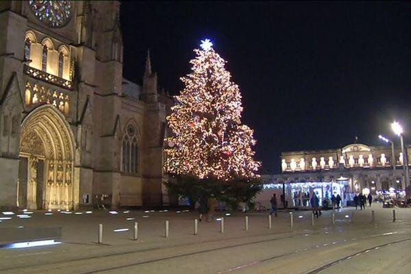 Le traditionnel sapin de Noël de la place Pey-Berland à Bordeaux