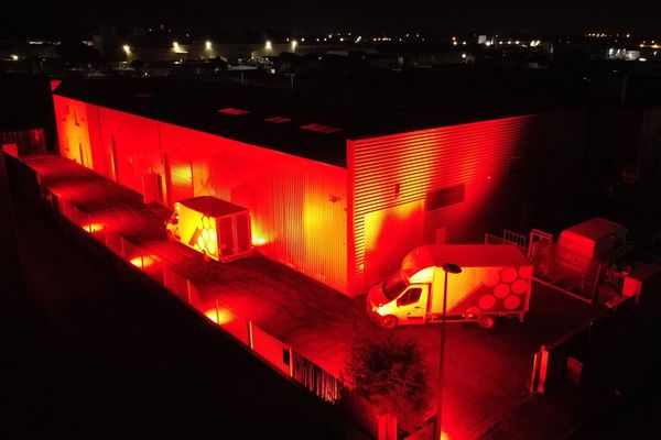 Vendargues - Le siège d'une entreprise de location de matériel audiovisuel éclairé en rouge pour l'opération.
