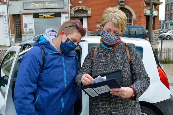 Cindy Lorang, la bénéficiaire, reçoit les clefs du véhicule prêté par la Région des mains d'Edith Varet, conseillère régionale Hauts-de-France.