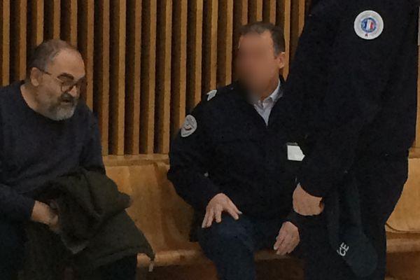 Michel Gillibert détenu, accompagné par deux policiers, attend sa comparution devant le tribunal de grande instance de Marseille pour une audience disciplinaire. Photo prise le 30 novembre dernier.