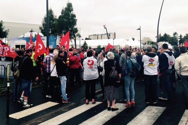 A l'appel de la CGT, environ 150 personnes se sont rassemblées pour la venue de Manuel Valls et contre la politique du gouvernement.