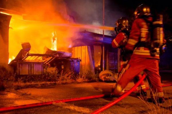 Une entrepôt a pris feu dans la nuit du samedi 15 juillet. Les marins-pompiers de Marseille ont œuvré toute la nuit pour éviter une propagation.