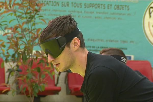 Joueur de Torball avec un masque sur les yeux