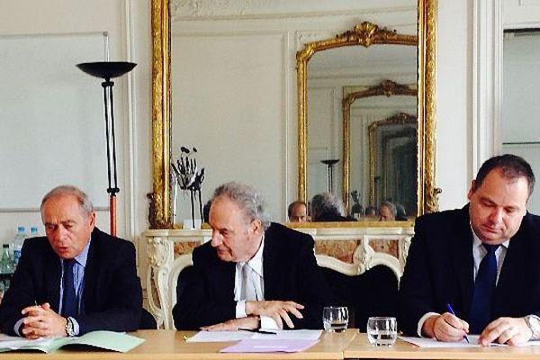 François Patriat, président de la Région Bourgogne, Gérard Brémond, président du Groupe Pierre & Vacances – Center Parcs et Rémi Chaintron, président du conseil général de Saône-et-Loire, ont signé un protocole d'accord le 1er juillet 2014 pour l'implantation d'un Center Parcs au Rousset.