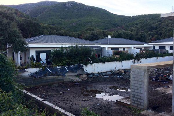 26/11/16 - L'heure est au nettoyage et au chiffrage des dégâts après les intempéries du 24 novembre, ici dans le hameau de Pianone à Borgo (Haute-Corse)