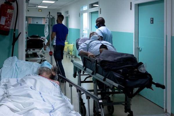 Un couloir du service des urgences de l'hôpital Delafontaine à Saint-Denis (Seine-Saint-Denis), le 17 juillet 2020.