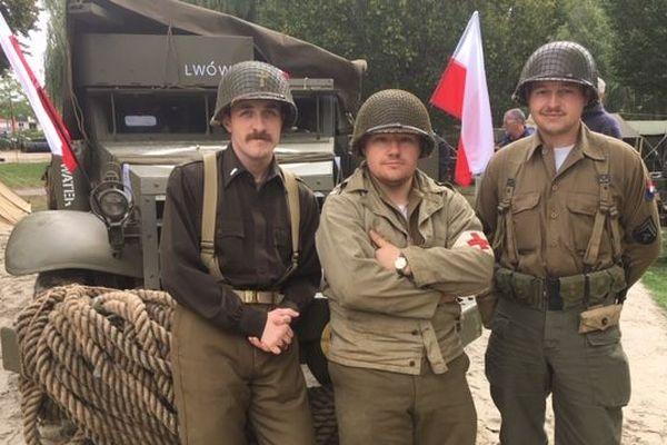 Des véhicules de la Seconde Guerre Mondiale, et des hommes en tenue de soldat sont présents à Abbeville pour la reconstitution d'un camp militaire.