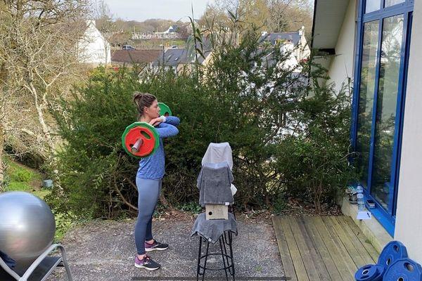 Marie Bolou poursuit les entraînements dans le jardin de ses parents dans le Finistère Sud