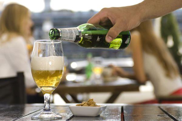 Le plaisir de l'apéro : lorsque l'alcool devient rituel, il peut entraîner une dangereuse dépendance. Et si janvier permettait de rompre avec ses habitudes?
