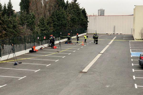 Le trou, de plus de 10 mètres de profondeur, s'est creusé juste derrière ce parking d'un restaurant chinois. Plusieurs commerces sont fragilisés. Les pompiers ont installé plusieurs appareils de mesure, mais ce parking lui-même et toute le quartier sont devenus instables selon les premières observations.
