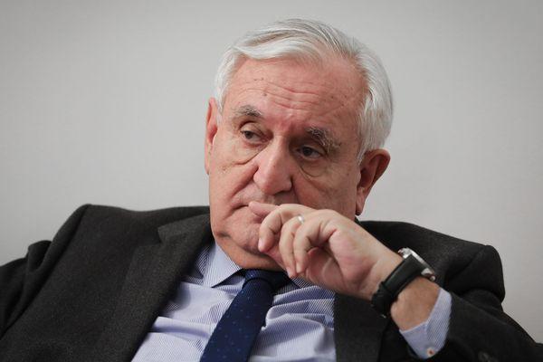 """Pour les Européennes, Jean-Pierre Raffarin se dit """"plus proche du projet de Macron"""" que de celui de LR."""