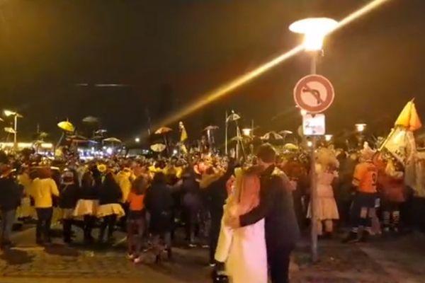 """Environ 250 personnes ont chahuté samedi soir, près de la """"rue de la soif"""" à Dunkerque."""