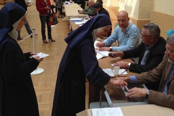 Les bureaux de vote ont ouvert à 8h à Autun, en Saône-et-Loire, comme dans le reste de la France métropolitaine pour les élections européennes dimanche 25 mai 2014.