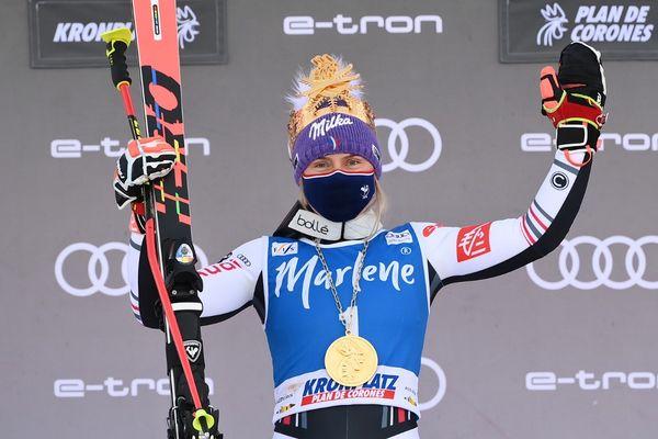Tessa Worley célèbre sa victoire sur le podium.