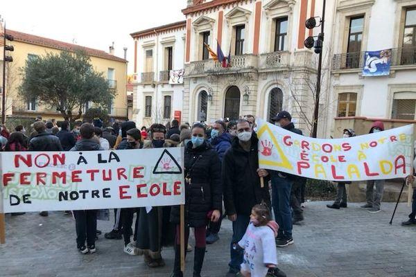 Plus d'une centaine d'habitants d'Amélie proteste contre la fermeture de l'école du hameau de Palalda devant l'hôtel de Ville ce mardi 19 janvier 2021.